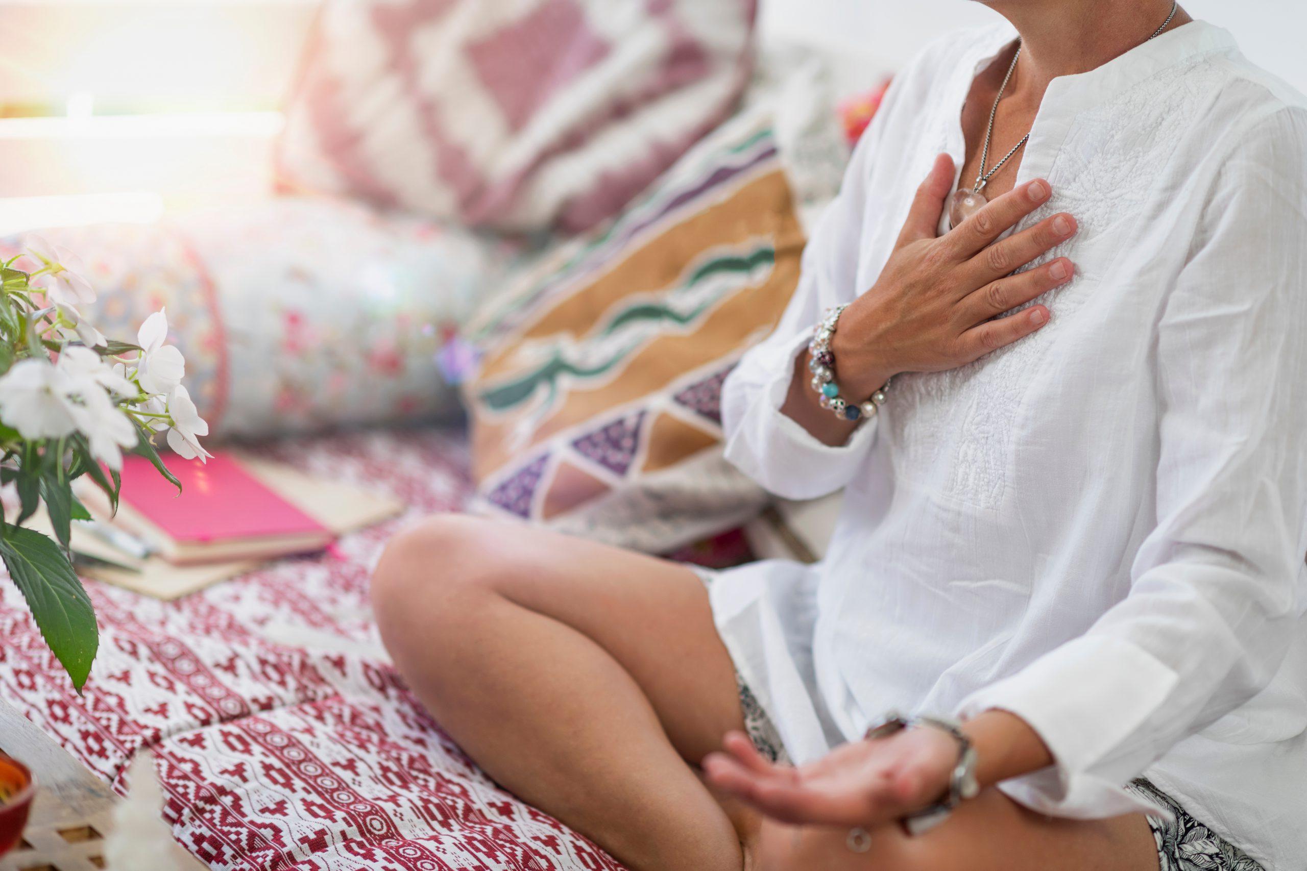 Frau meditiert im Sitzen, Entspannung, Ruhe, Ausgeglichenheit